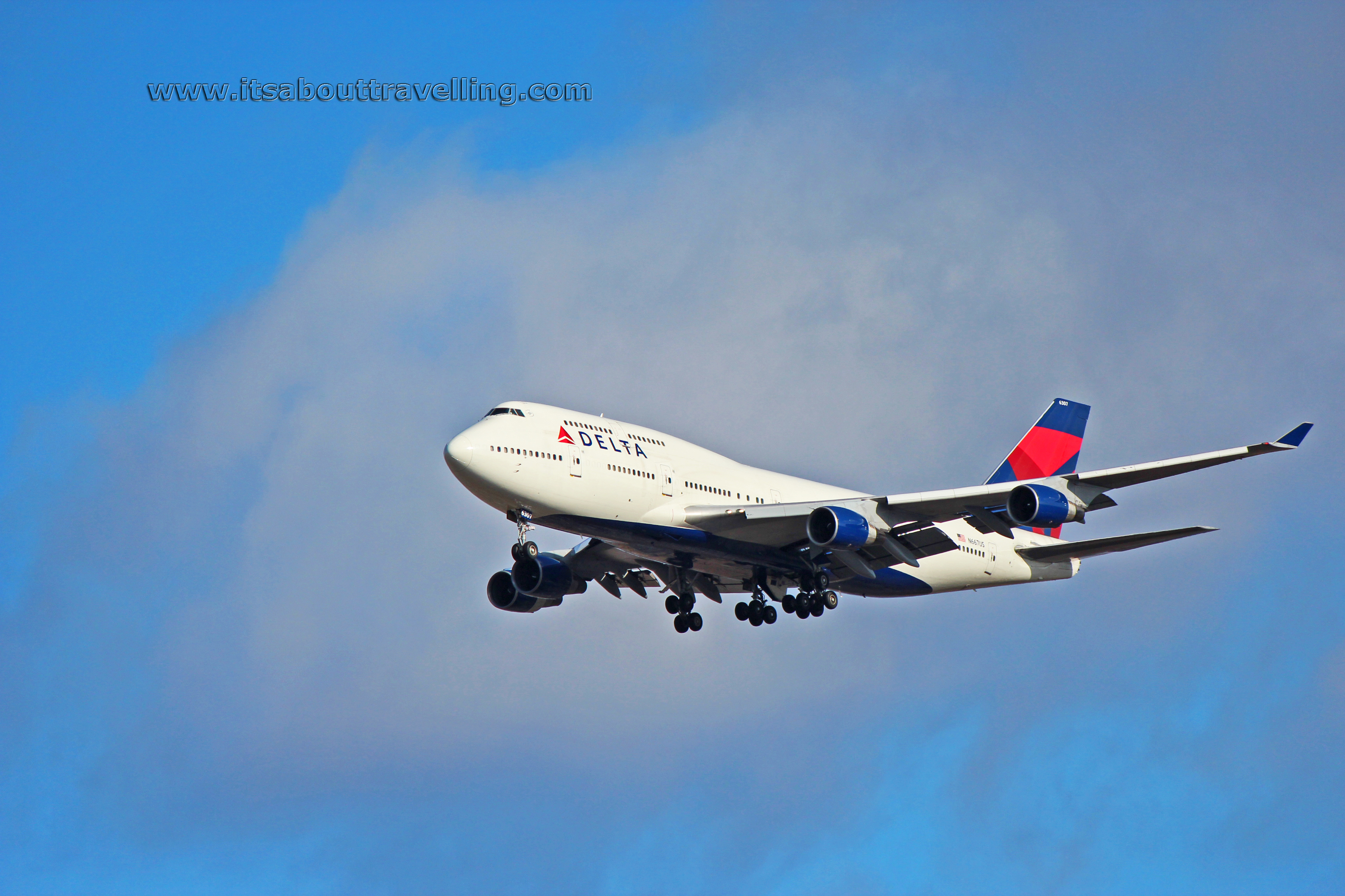n667us delta airlines boeing 747-400 at detroit metro
